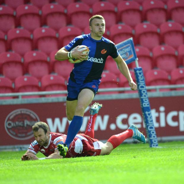 Penarth Times: Scarlets v Dragons. Tom Prydie gets his second try of the game. (5904131)