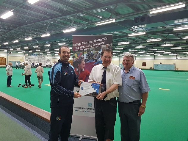 Simon Jones, Disability Sport Wales development officer with members of Sully Bowls Club.
